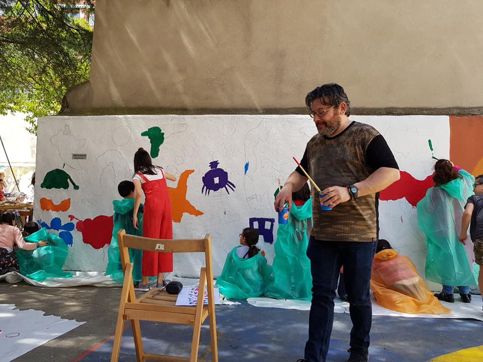Coordinando un mural para peques en un colegio